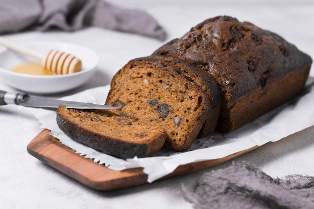 Сладкий хлеб на тарелке с медом