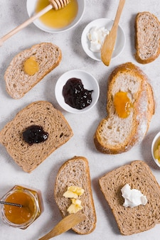 パンのスライスに蜂蜜とジャムの朝の朝食