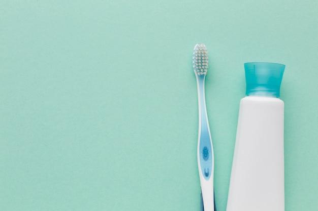 Зубная паста и щетка копируют пространство
