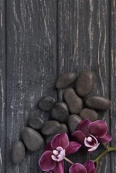 テーブルの上のトップビューアロマセラピースパ石