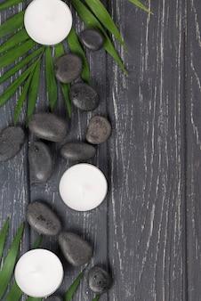 Крупным планом оздоровительные камни со свечами