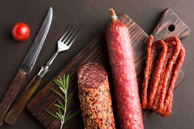 Вид сверху на свинину с колбасками
