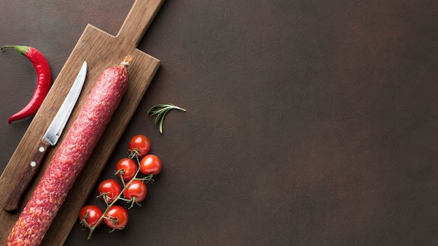 チェリートマトとトップビュー新鮮なサラミ