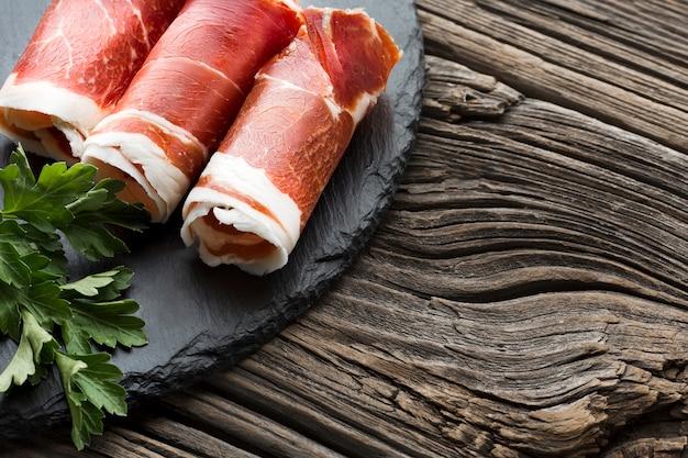Крупным планом вкусная свинина на тарелке
