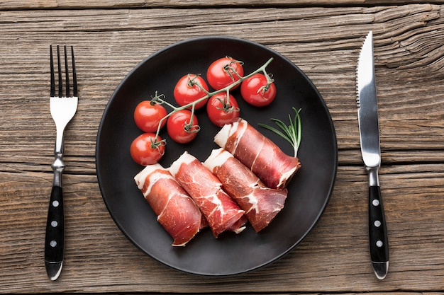 テーブルの上のトマトとおいしい肉のトップビュー