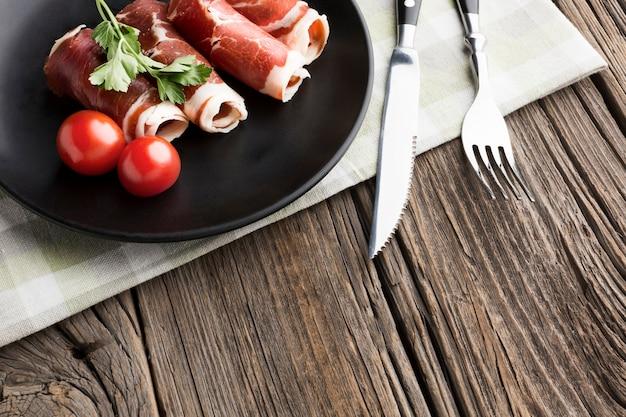 皿の上の肉とクローズアップトマト