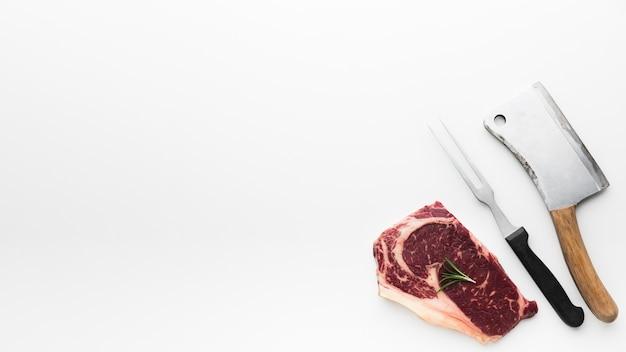 Вид сверху свежий стейк из свинины на столе