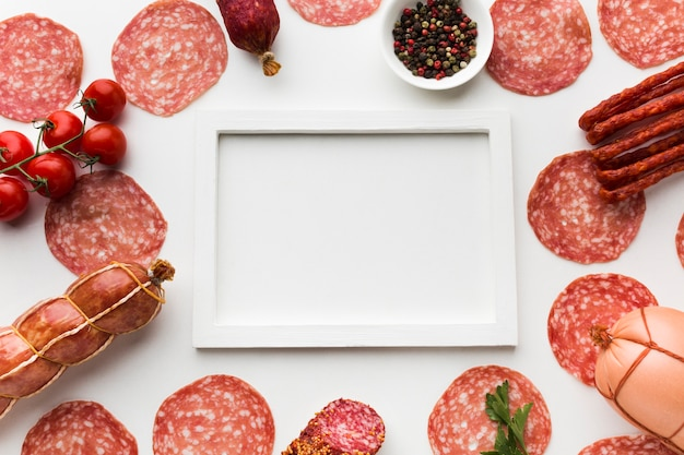 Вид сверху разнообразие вкусного мяса на столе