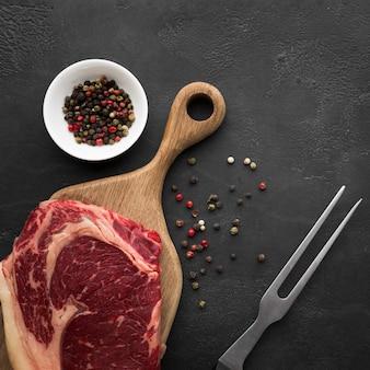 トップビュー新鮮なステーキを調理する準備ができて
