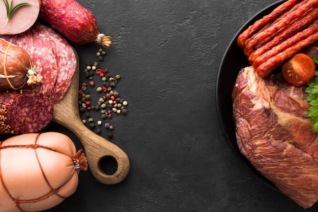 テーブルの上のさまざまな新鮮な肉やソーセージのトップビュー
