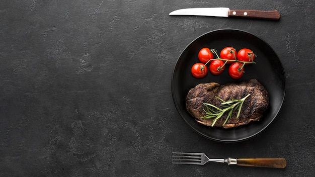 トップビューおいしい調理されたステーキを提供する準備ができて