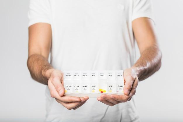 薬と成人男性持株ピルボックス