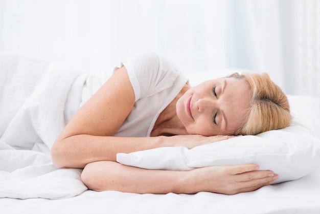 Крупным планом довольно старшая женщина спит