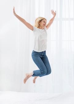 Портрет счастливый старший женщина прыгает