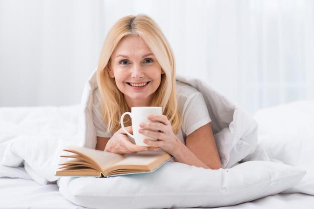 Портрет счастливой зрелой женщины улыбаются