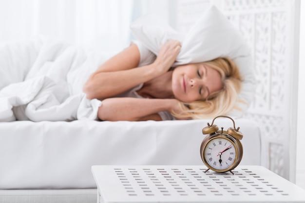 Портрет красивой женщины пытается спле