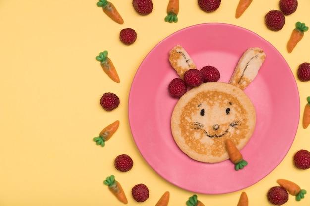 Выше вид украшения с пищей кролика
