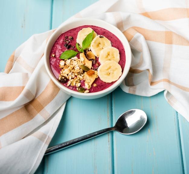 Высокий вид здоровую миску еды с кусочками банана