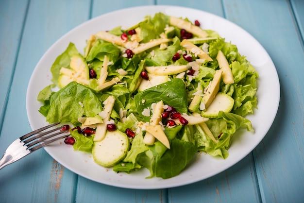 Минималистский полезный салат с вилкой