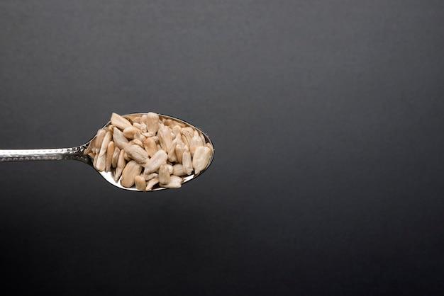 種で満たされたミニマルスプーン