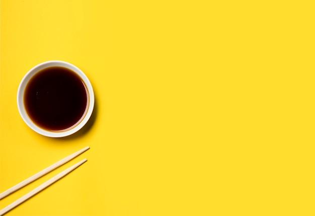 Вид сверху минималистский соевый соус с палочками для еды