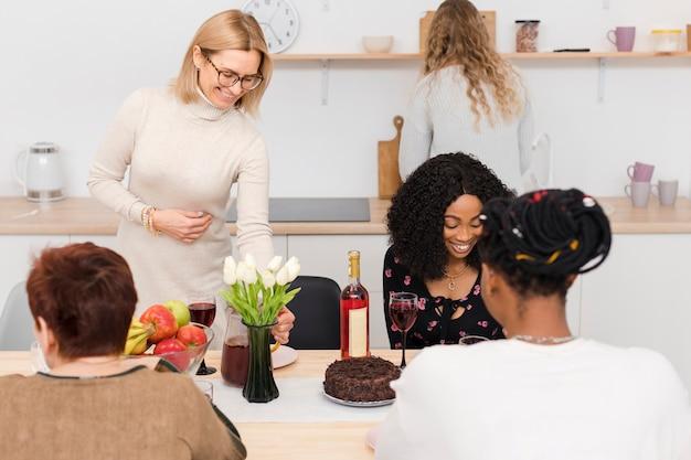 Красивые женщины проводят время вместе на кухне