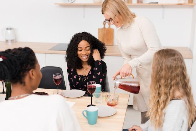 Женщины вместе проводят время за столом