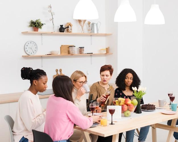 一緒に時間を過ごす女性のグループ
