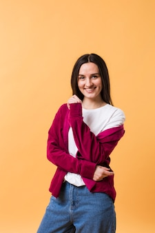 Женская модель позирует на оранжевом фоне