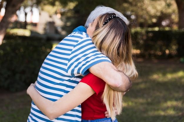 Отец и дочь обнимаются