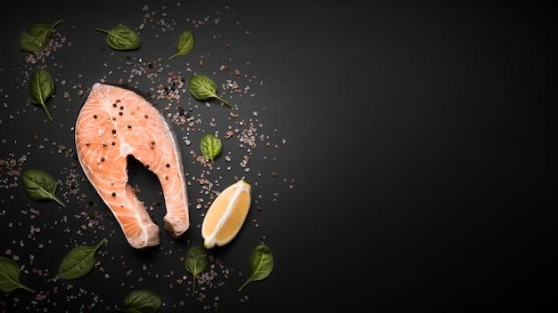 Плоский сырой стейк из лосося с копией пространства