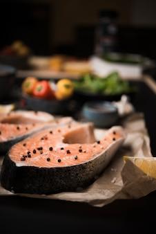 Макро сырой стейк из лосося с перцем и ингредиентами