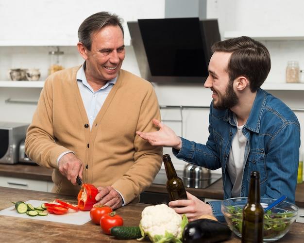 Отец и сын склеивают кухню