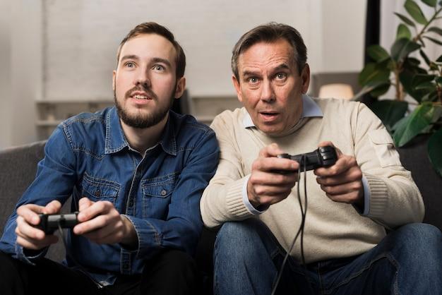 Отец и сын играют в видеоигры