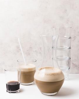さまざまな種類のコーヒーガラス容器の正面図