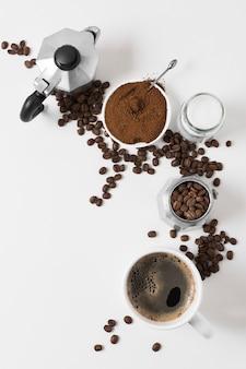 Вид сверху кофемолка со свежими горячими напитками