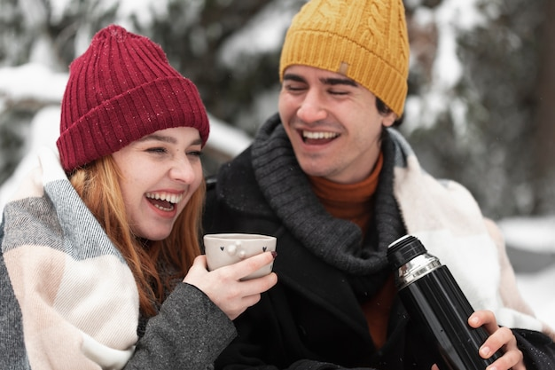 カップルは笑みを浮かべて冬服