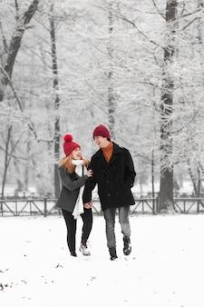 素敵なカップルと雪の冬