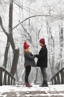 橋の上の手を繋いでいる素敵なカップル