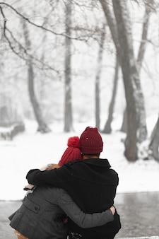 屋外ミディアムショットを抱いて素敵なカップル