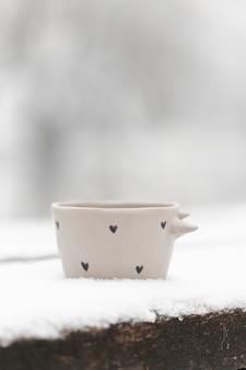 冬の屋外のお茶のクローズアップカップ