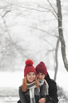 冬に屋外に滞在する若いカップル