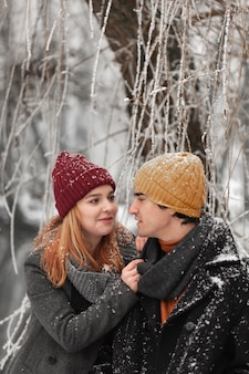 冬の服を屋外で若いカップル