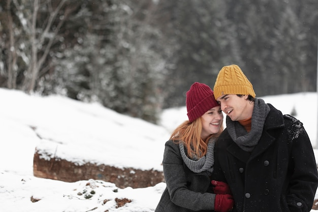 冬のカップルのミディアムショット