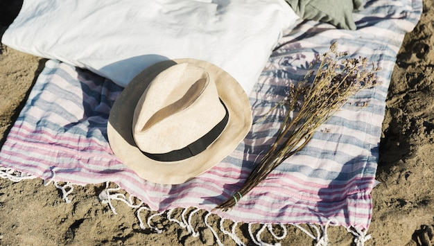 Федора шляпа и сушеная лаванда