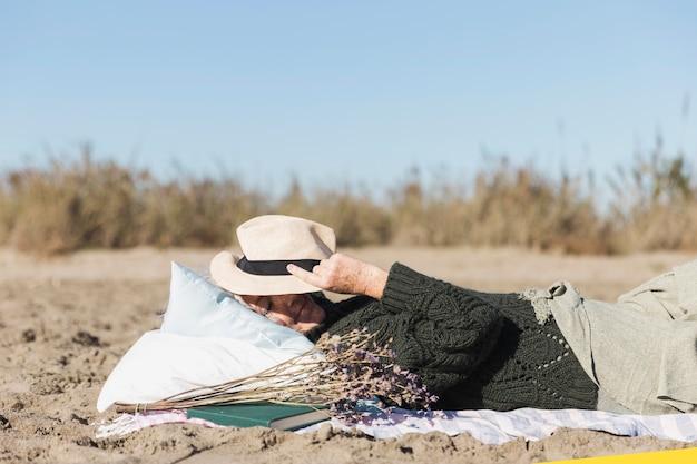 Старшая женщина защищает от солнца