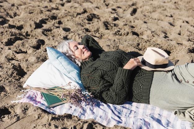 Красивая старшая дама отдыхая на открытом воздухе