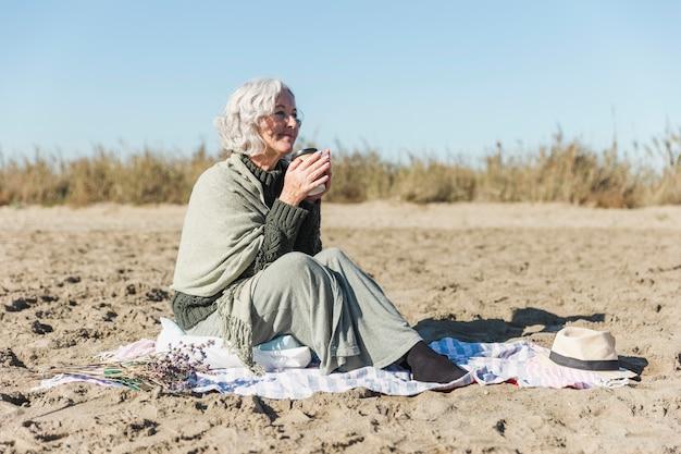 幸せな年配の女性屋外