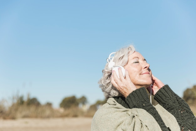 Крупным планом женщина слушает музыку