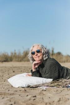 白い枕の上のミディアムショット女性